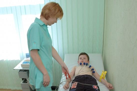 При первых симптомах заболевания обязательно пройти обследование у кардиолога и сделать ЭКГ